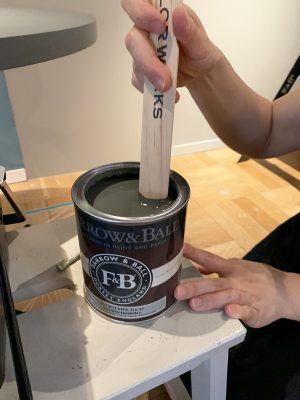 上塗り塗料の用意,塗料を注ぐ前に攪拌