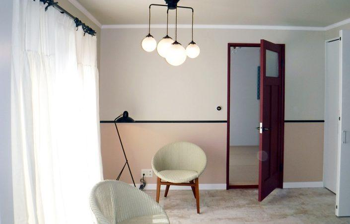 (壁ツートン)FARROW&BALL No.282 SHADOW WHITE × No.231 SETTING PLASTER(巾木)No.31 RAILINGS(扉)No.43 EATING ROOM RED