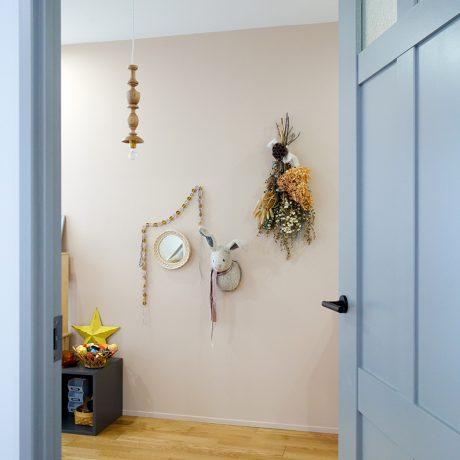 空間を完成させるドアのペイント
