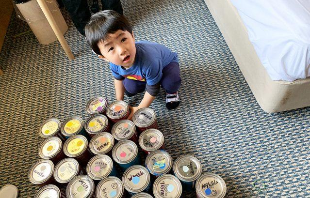 キッズチャレンジ当日_子どもたちの目の前にはたくさんのペイント缶が!