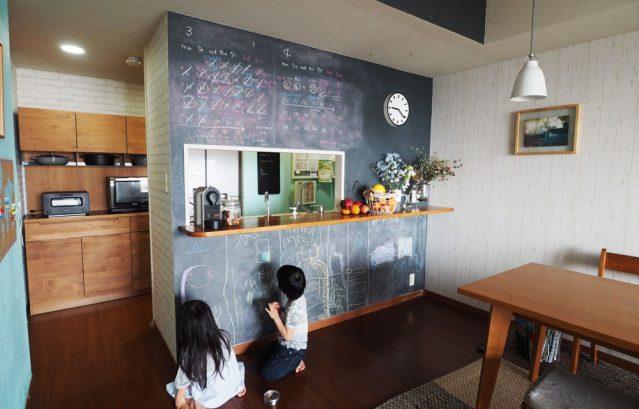 T様邸_KAKERU PAINT_キッチンカウンターの壁一面_ダーリングレー
